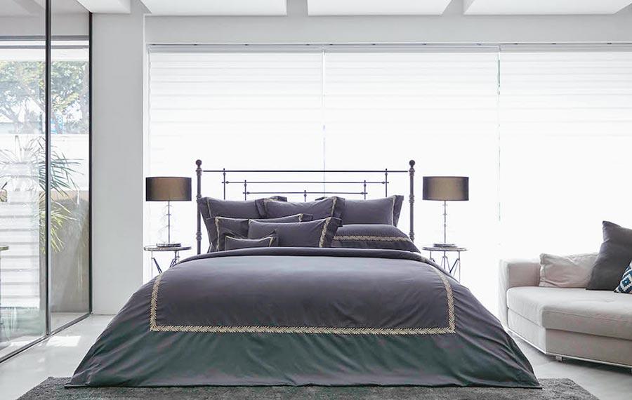Charisma寢飾夜灰埃及棉刺繡床組,1萬2800元。(Charisma提供)