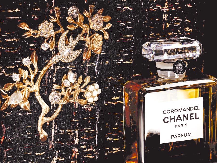 香奈兒COROMANDE東方屏風香水沾式香精情境圖。(香奈兒提供)
