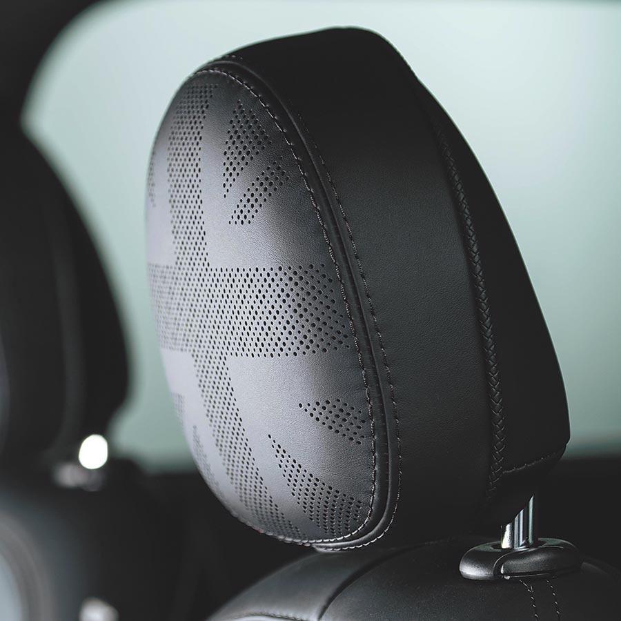 MINI Yours Leather Lounge Union Jack英國旗式樣頭枕。(MINI提供)