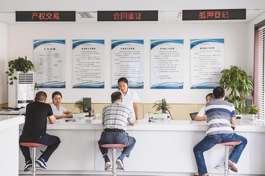 2017年9月18日,河北民眾在金融中心辦理產權交易等業務。(新華社)