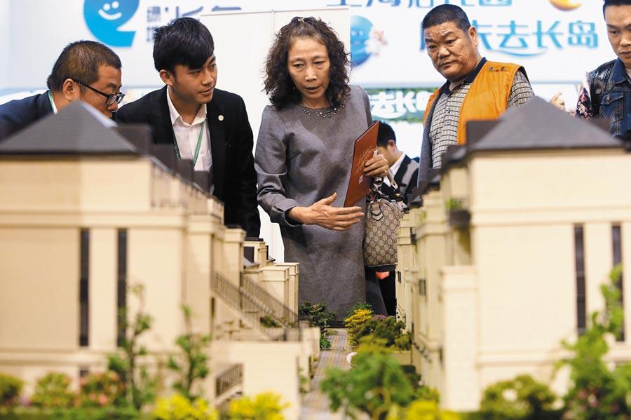 上海台胞的房貸壓力將更重。圖為上海五一假日樓市房展會。(中新社資料照片)