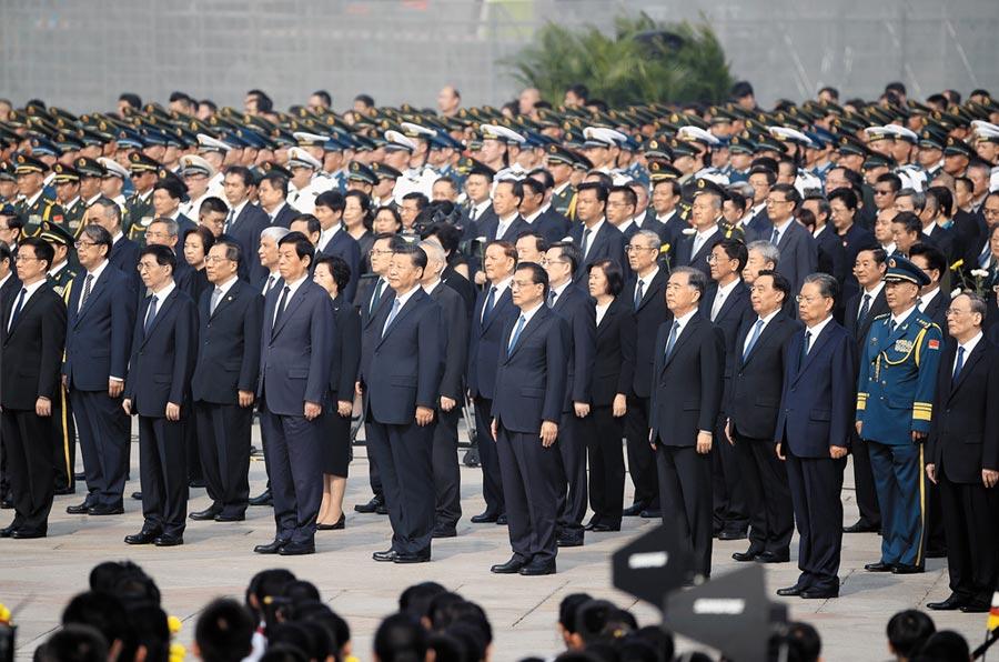 9月30日上午,中共總書記習近平率眾政治局常委,到北京天安門廣場,出席向人民英雄敬獻花籃儀式。(中新社)