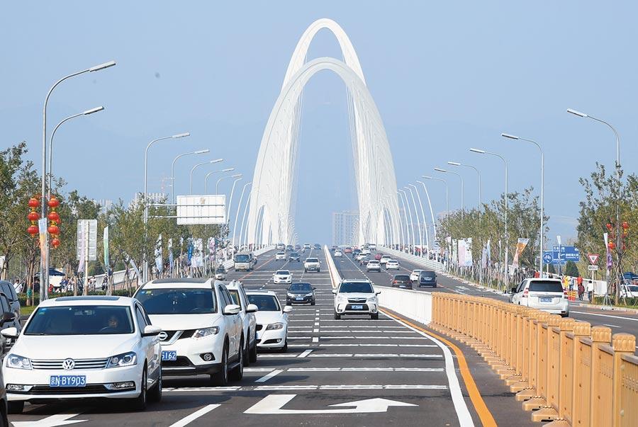 新首鋼大橋開通,車輛在橋上行駛。(新華社)