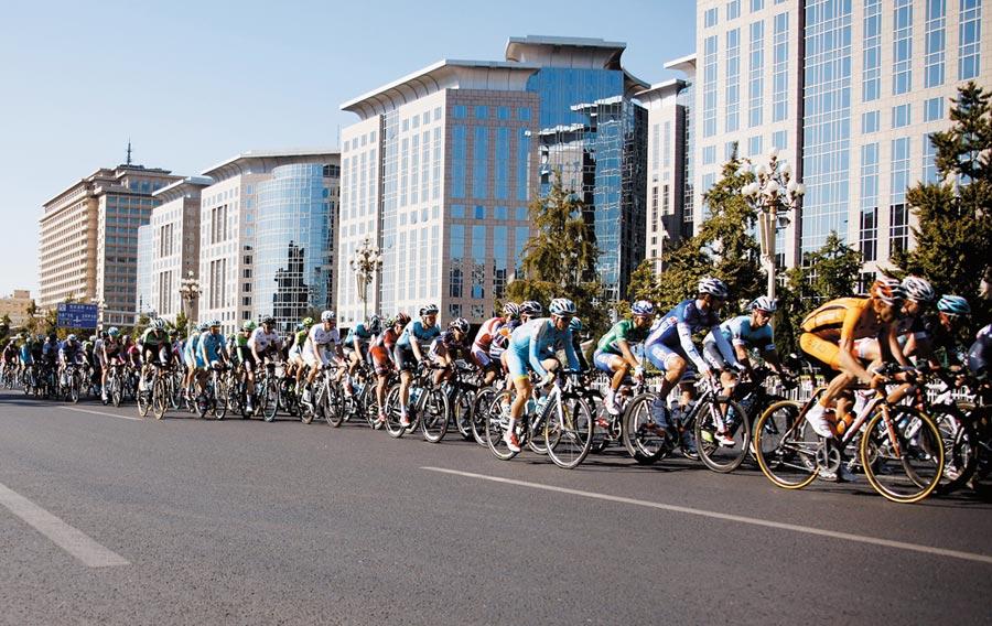 自行車選手途經長安街東方廣場建築群。(中新社資料照片)
