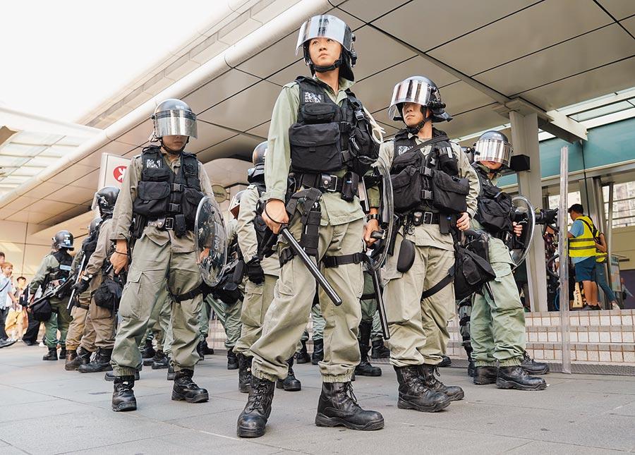 香港警方在港鐵東涌站維持秩序。(中新社資料照片)