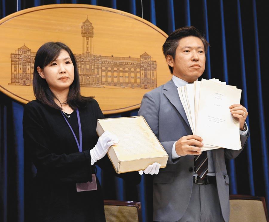 先前總統府發言人張惇涵(右)及發言人室諮議林家如亮出蔡英文總統在倫敦大學博士論文原稿。(本報系資料照片)