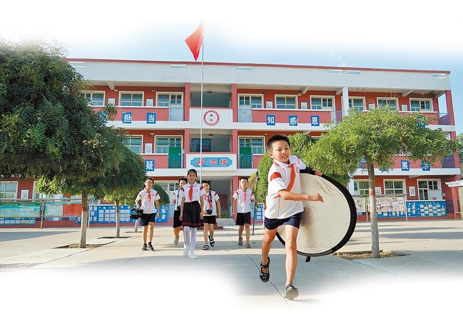 河北一群留守兒童在校園中奔跑。(新華社資料照片)