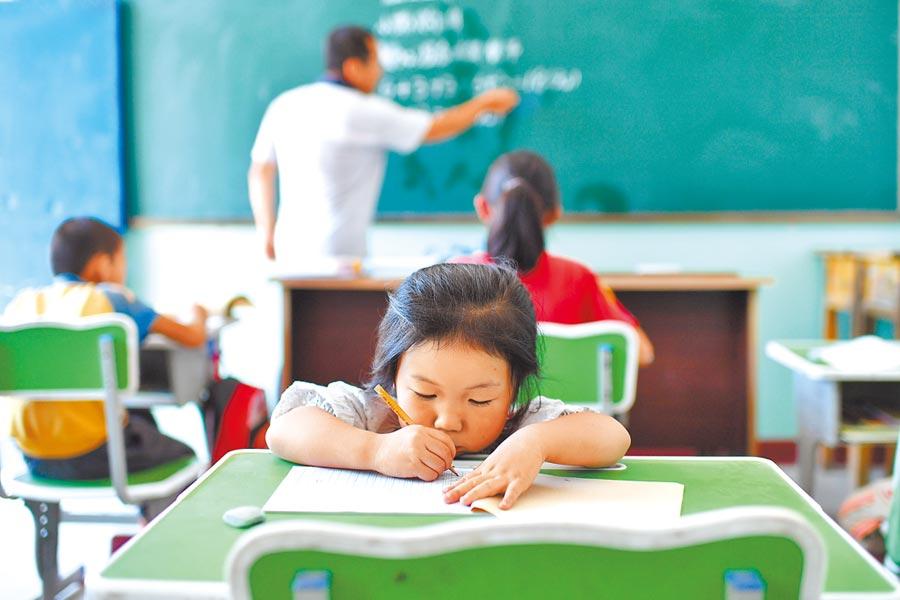 調皮搗蛋不寫作業的學生,時常造成教師極大困擾。(新華社)