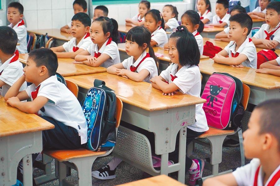 廣東省擬賦予中小學校懲戒權,讓教師有權對學生「罰站罰跑」。(新華社)