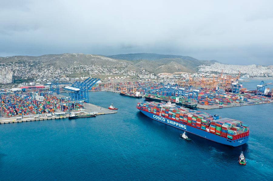 「中遠海運雙魚座」貨櫃輪抵達希臘港口。(新華社資料照片)