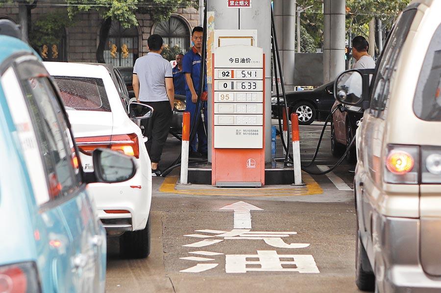 9月2日,上海市周家嘴路中石化加油站,民眾排隊加油。(中新社)
