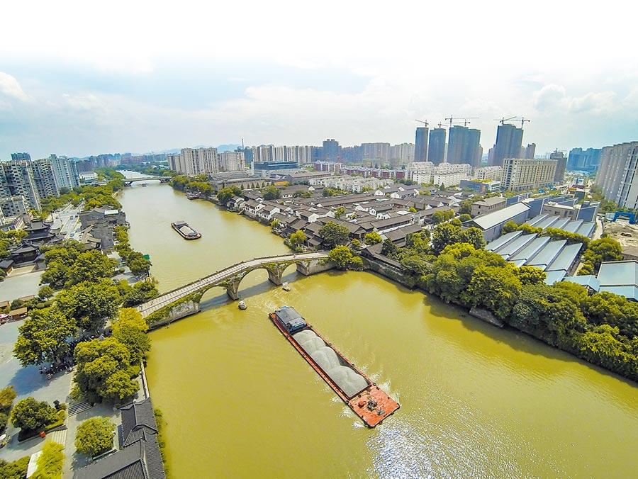 船隻行駛過京杭大運河杭州段。(新華社資料照片)