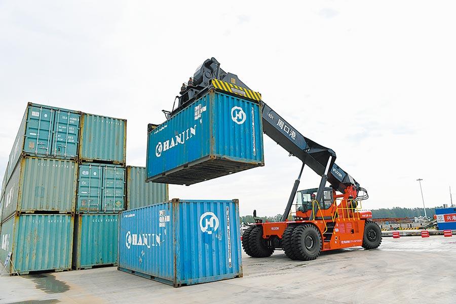 工人在周口中心港碼頭搬運貨櫃。(新華社資料照片)