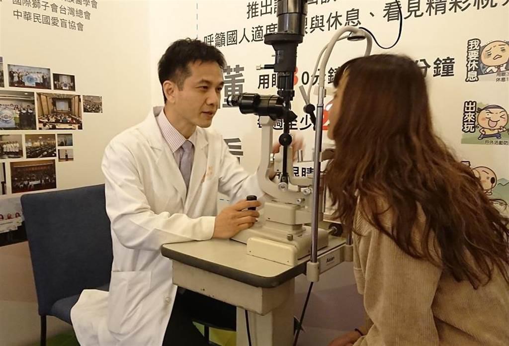 長庚眼科醫師孫啟欽調查發現國人乾眼症年齡層「M型化」。(陳志祥攝)