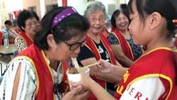 華山苑裡站10周年茶會  學童親餵嬤麵線慶重陽