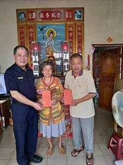 台南警六分局長遠赴雲林 慰問員警高齡雙親