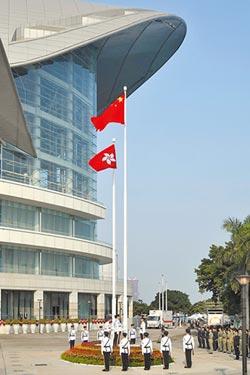 港升旗室內觀禮 示威使經濟承壓