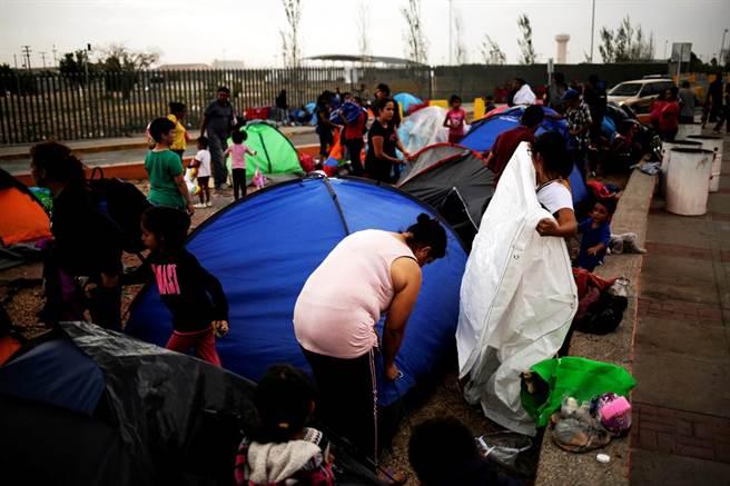 美國總統川普反對移民立場強硬,除了收緊移民措施,私底下還曾想過為美國建造護城河,在護城河裡放滿鱷魚和蛇,以嚇阻移民非法越界;此外,他也曾說過,讓邊界安全官員朝移民腿部開槍,以此拖累他們向美國前進的速度。圖為墨西哥移民在靠近美國邊界搭建帳篷的畫面。(圖/路透社)