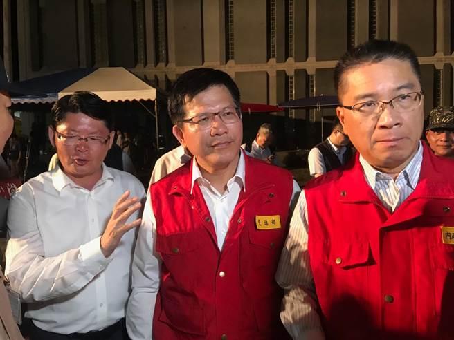 內政部長徐國勇(右起)、交通部長林佳龍、交通部政務次長黃玉霖晚間受訪。(張穎齊攝)