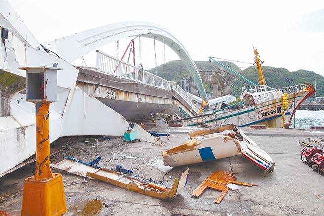 南方澳跨港大橋斷裂崩塌,影響漁船航道,估計有600艘漁船受阻無法作業。(本報系記者王英豪攝)