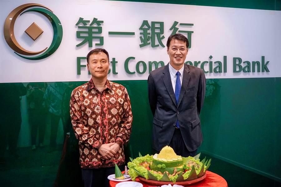 第一銀行印尼雅加達代表辦事處9月30日正式揭牌開幕,雅加達代表辦事處吳文翰首席代表(右)及駐印尼台北經濟貿易代表處藍夏禮公使(左)進行印尼傳統切薑黃飯儀式。(圖/第一銀行)
