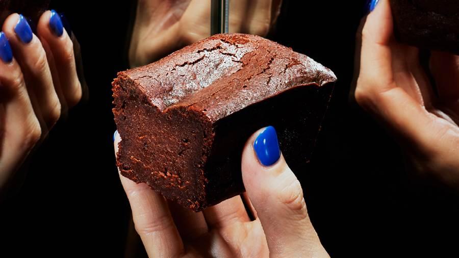 首波於10月1日起以台人熟悉的BAKE CHEESE TART與自由之丘巧克力磅蛋糕Chocolaphil限定販售。(圖/品牌提供)
