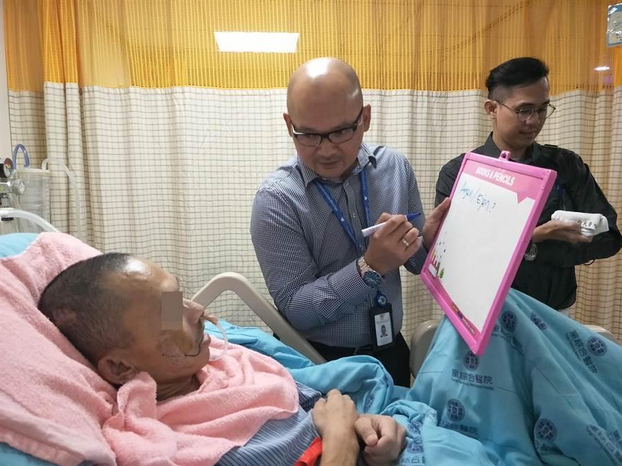 駐台北印尼經濟貿易代表處人員確認布迪的資料。(童綜合醫院提供/王文吉台中傳真)