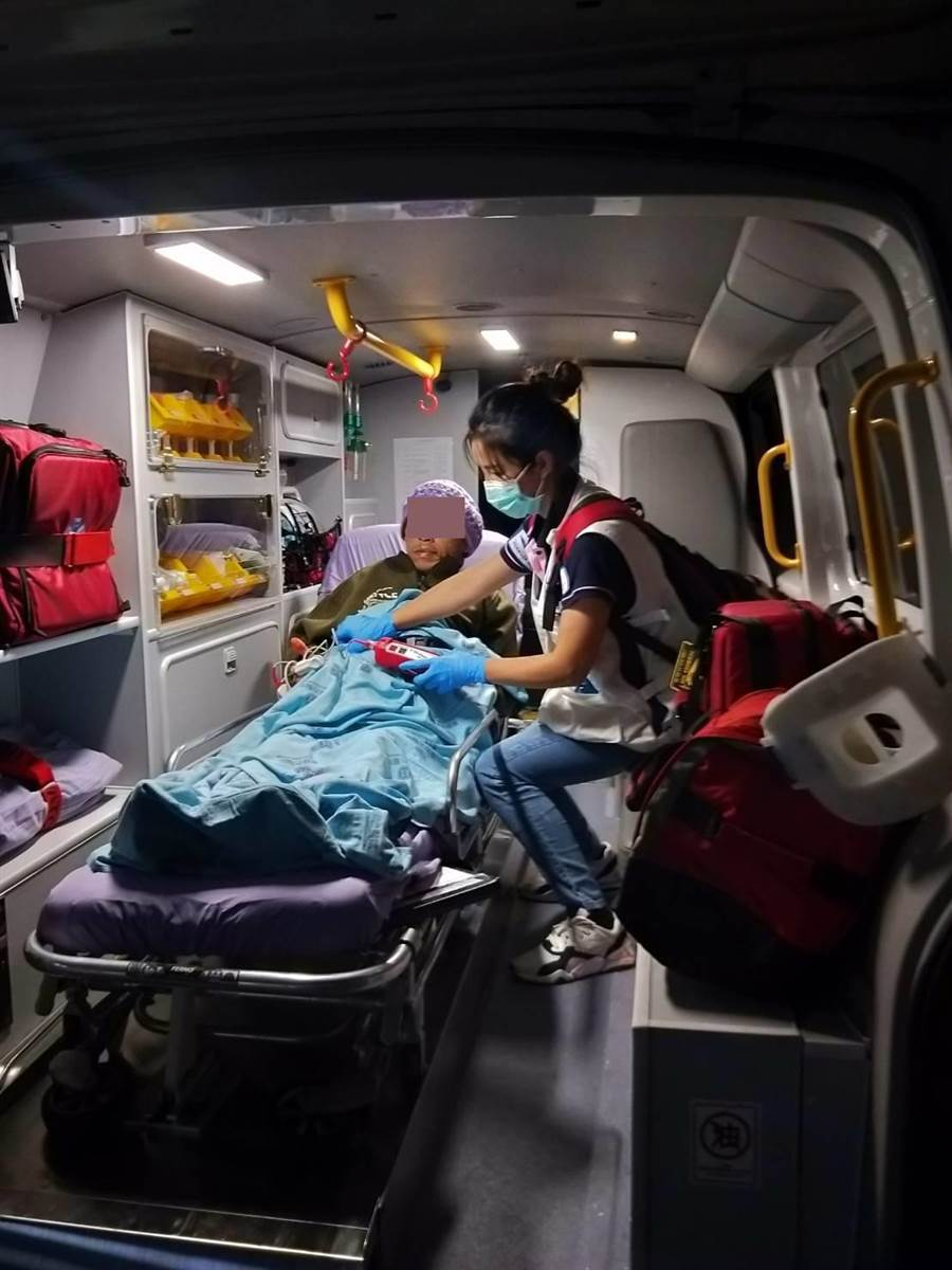 國際轉送團隊王惠貞護理師照護布迪搭乘救護車離開童醫院至機場。(童綜合醫院提供/王文吉台中傳真)
