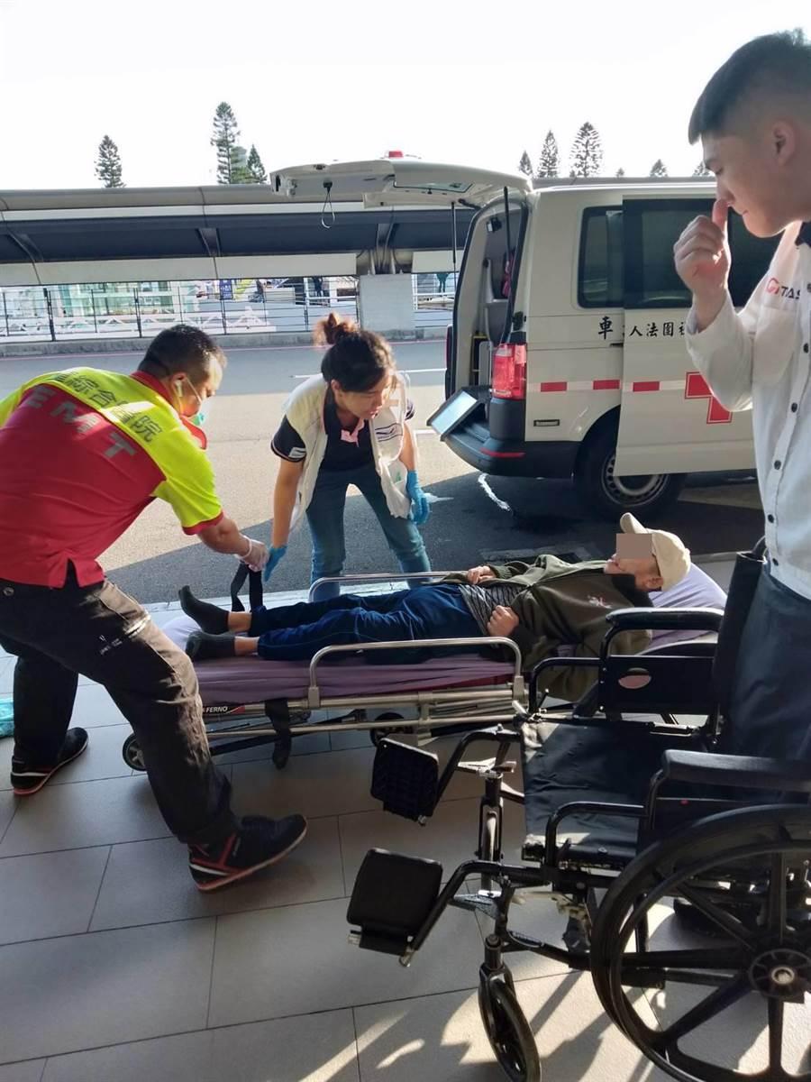 布迪在童綜合醫院救護技術員與王惠貞護理師護送下抵達機場。(童綜合醫院提供/王文吉台中傳真)