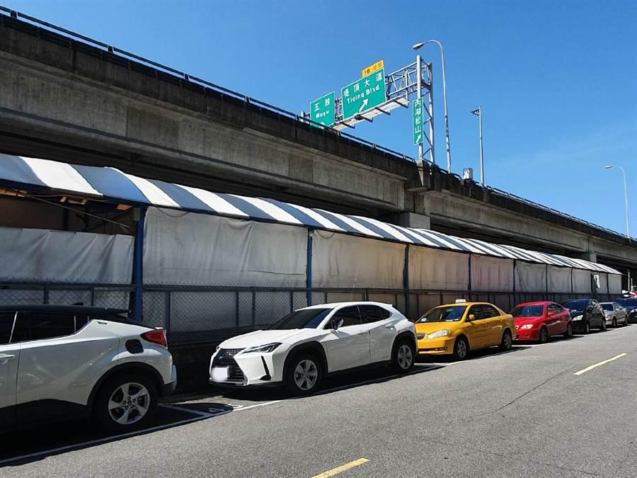 北市路邊停車格,民眾忘繳停車費將會產生額外催繳費。(照片/游定剛 拍攝)