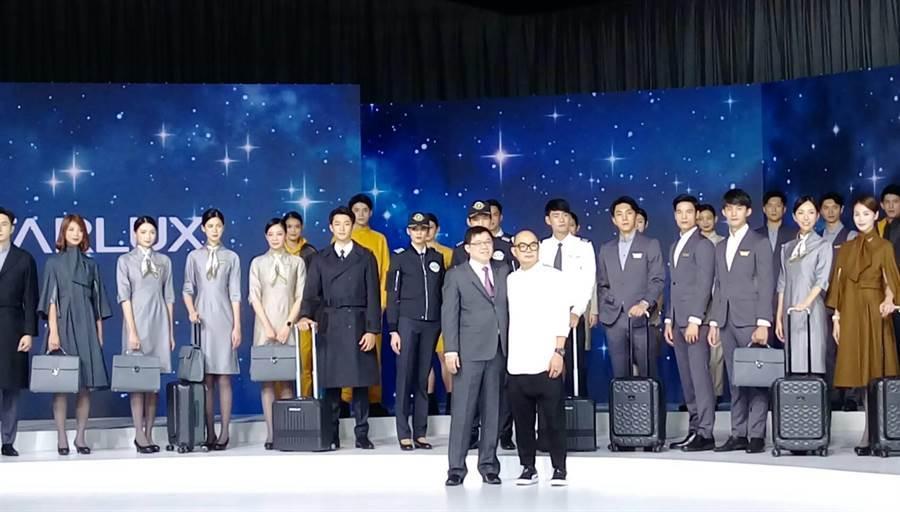 張國煒(前左)與設計師和空組員合影。(張佩芬攝)