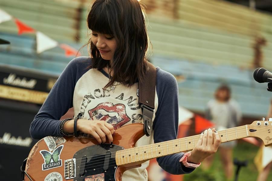 王真琳為了《綠蝴蝶》買吉他苦練。(緯來提供)