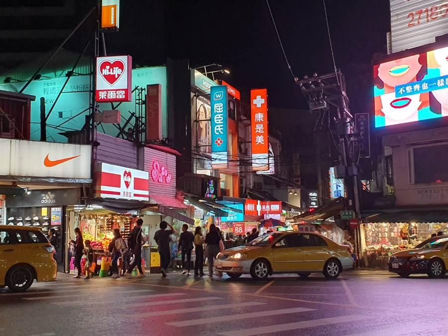 台北士林夜市總吸引許多國內、外旅客到此觀光。(照片/游定剛 拍攝)