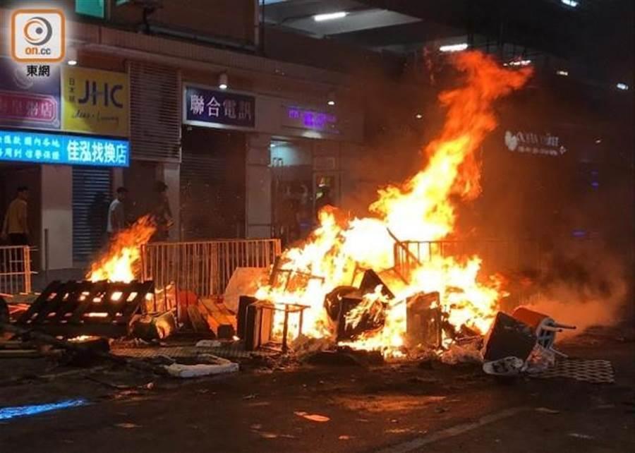 香港屯門地區昨日發生多起縱火案。(香港東網)