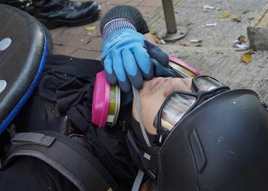 香港一名中五生示威者,昨天被警方開槍打中胸口,不支倒地。(香港東網)