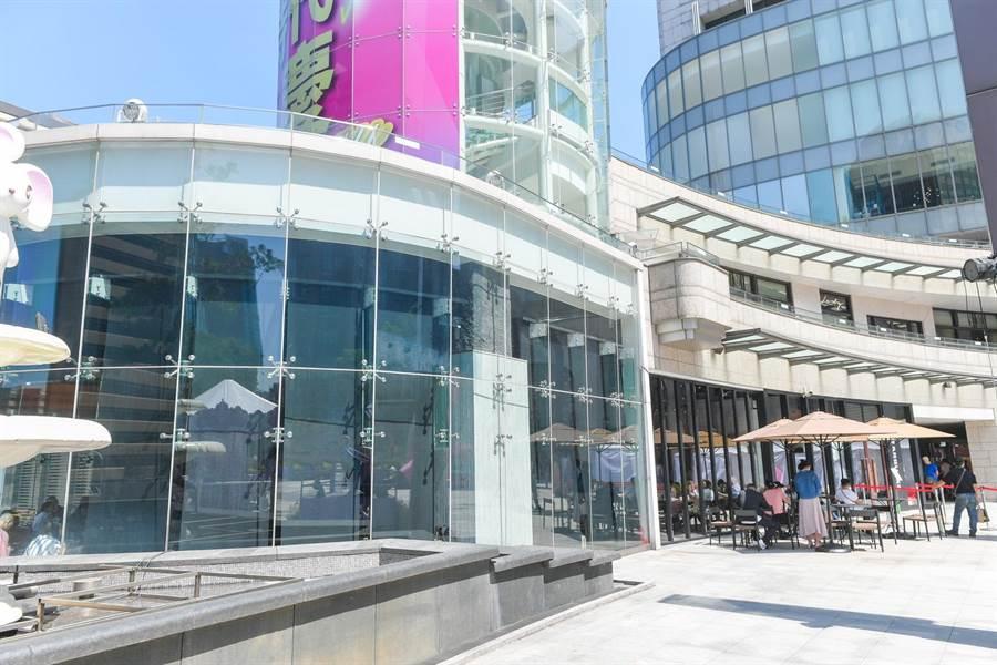位於統一時代百貨二樓的星巴克「台北時代門市」。(盧禕祺攝)
