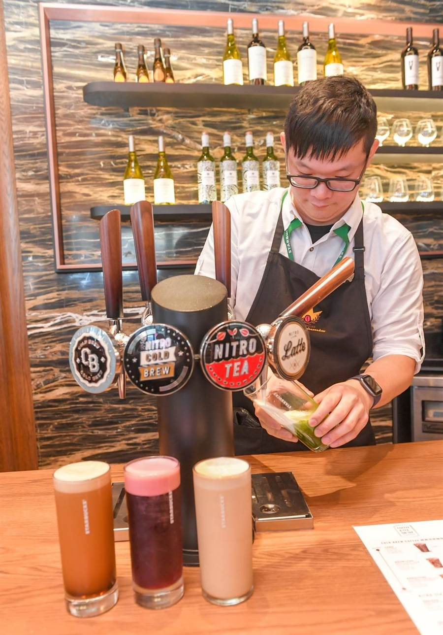 星巴克於全台首間導入氮氣系列(Coffee & Tea on Tap)的台北時代門市。(盧禕祺攝)