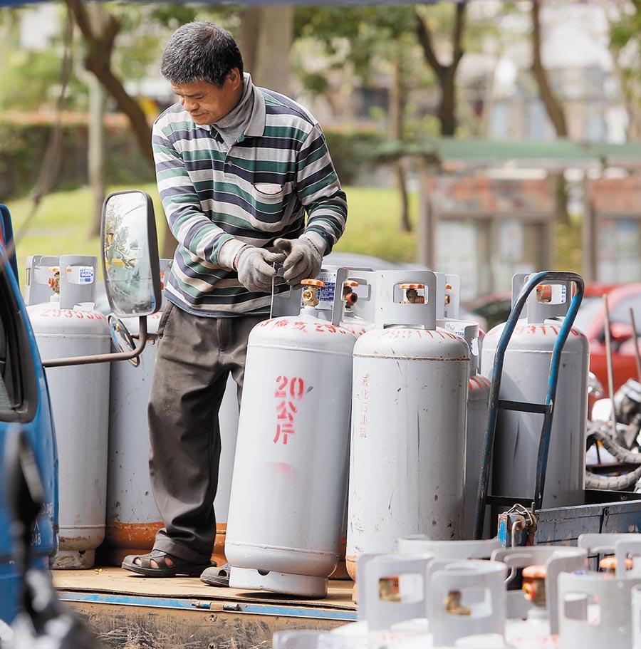 中油宣布,10月份家用液化石油氣(桶裝瓦斯)每公斤原應調漲2.9元,但考慮到民生和物價衝擊,決定凍漲;天然氣價格則平均調降3.79%。圖為瓦斯行員工搬移桶裝瓦斯。(本報資料照片)