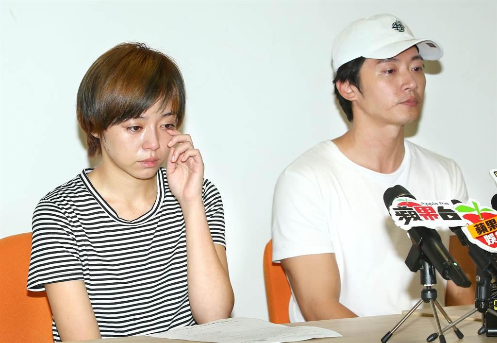 王瞳(左)記者會上淚崩。粘耿豪攝