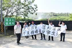 三軍聯訓噪音擾民 恆春民代到出火陣地拉白布條抗議