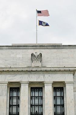 全球鷹派棄械投降 熱錢狂潮反逼出經濟怪象?