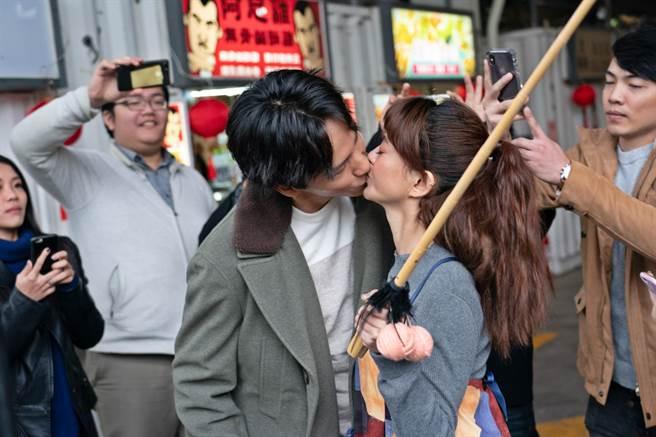 曹晏豪(左)與客串的人氣網紅白癡公主街頭直播激吻。(双喜提供)