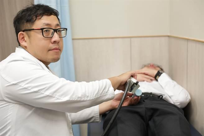 中醫大新竹醫院泌尿科醫師李聖偉說模擬做「低能量陰莖震波」,1次約30分鐘要打4千下。(羅浚濱攝)