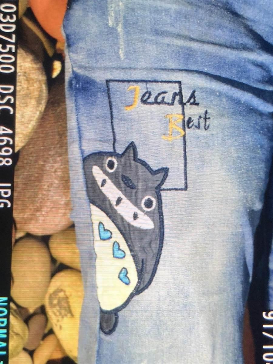 死者身著黑色上衣及藍色牛仔褲,褲管左右側都有卡通「龍貓」圖案,警方呼籲如果有知道女子特徵的親朋好友能盡早出面指認。(翻攝照片/巫靜婷苗栗傳真)