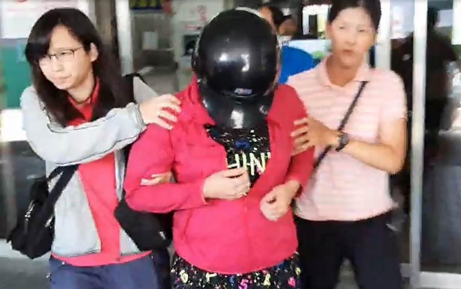 白沙屯女屍案,李女初步坦承涉案,警方帶著李女重回現場釐清案情。(翻攝照片/巫靜婷苗栗傳真)