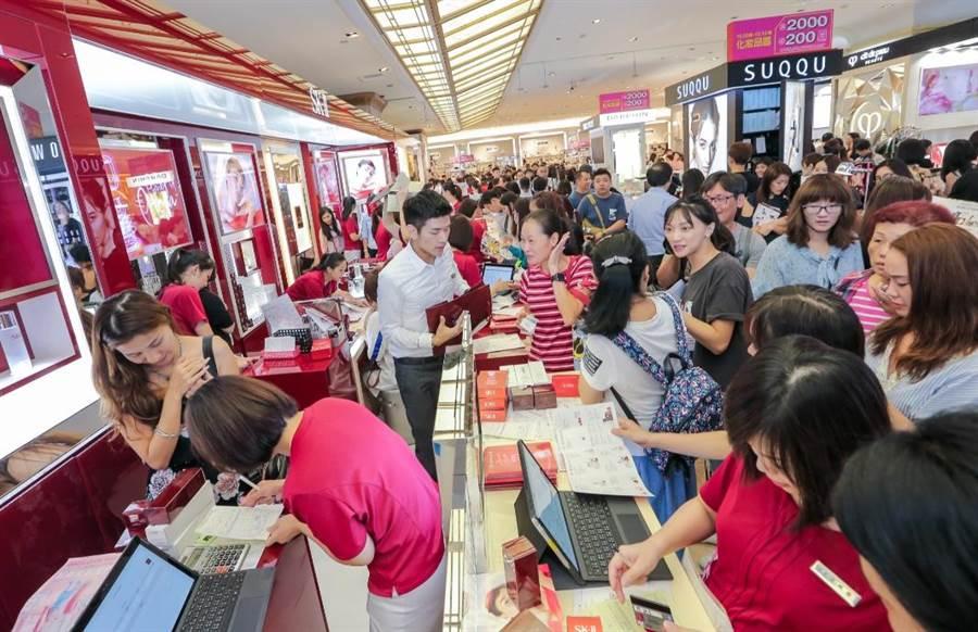 新光三越台北南西店美妝區搶購人潮洶湧。(盧禕祺攝)