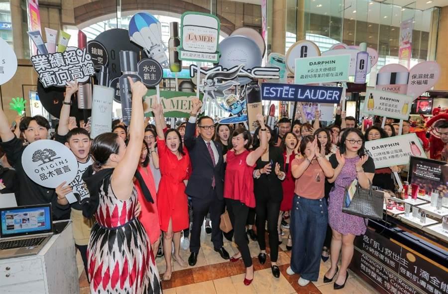 美妝品牌在新光三越台北南西店開門前喊話集氣。(盧禕祺攝)