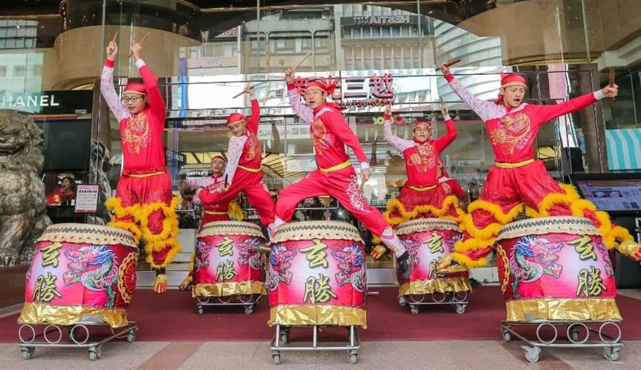鼓陣舞獅和人氣啦啦隊LamiGirls為新光三越台北南西店熱鬧開場。(盧禕祺攝)