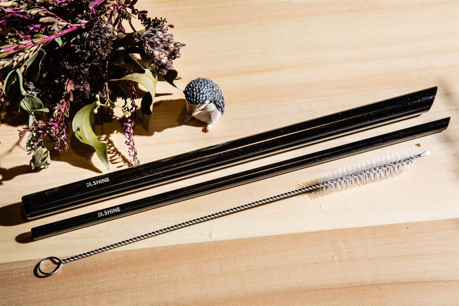 光澤醫美集團響應減塑風潮,客製專屬光澤集團的環保吸管。