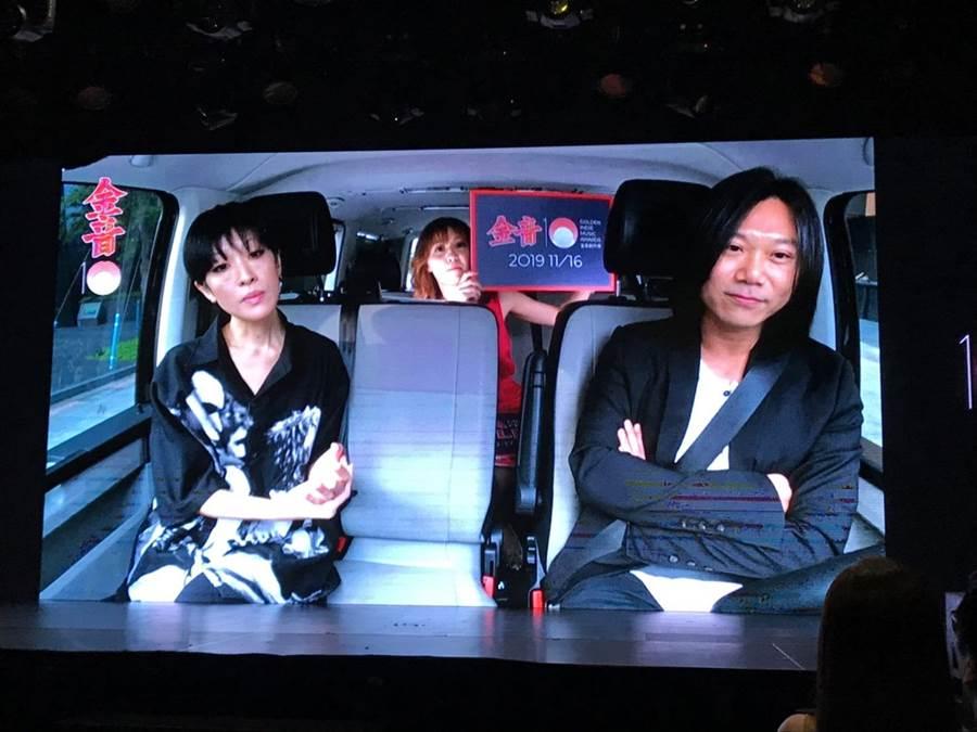 第十屆金音創作獎今天以直播方式公佈入圍名單,由評審團主席五月天瑪莎(右)開車、陸續接送揭曉名單嘉賓,左為陳珊妮。(翻攝網路)